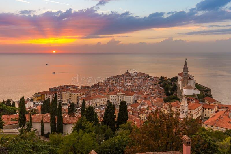 Por do sol colorido romântico sobre a cidade velha pitoresca Piran, Eslovênia fotografia de stock royalty free