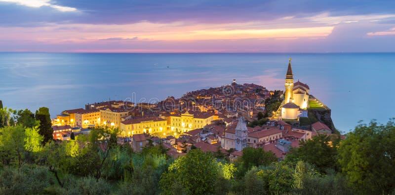 Por do sol colorido romântico sobre a cidade velha pitoresca Piran, Eslovênia imagens de stock