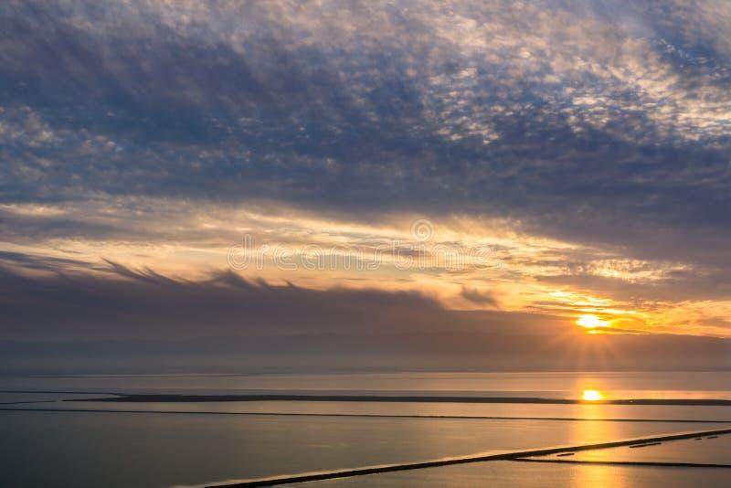 Por do sol colorido sobre a área de San Francisco Bay imagens de stock