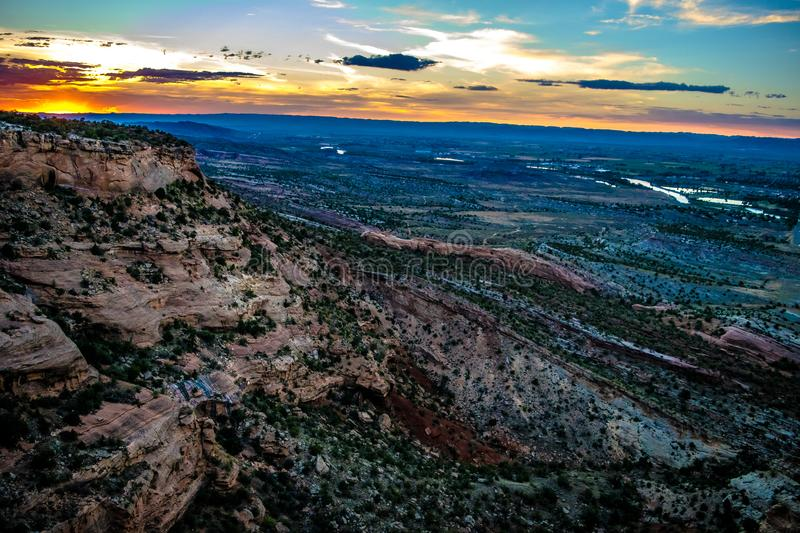 Por do sol colorido sobre as montanhas de Grand Junction, Colorado imagem de stock