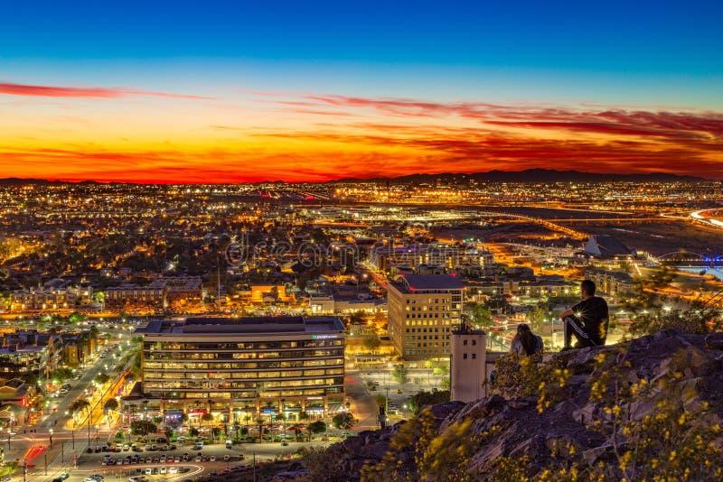 Por do sol colorido sobre a cidade de Phoenix fotografia de stock