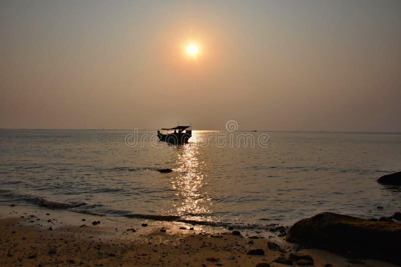 Por do sol colorido sobre o horizonte de mar da noite foto de stock royalty free