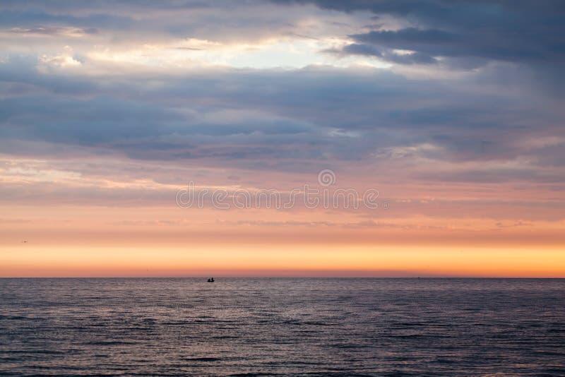 Por do sol colorido sobre o mar Báltico, céu nebuloso fotos de stock