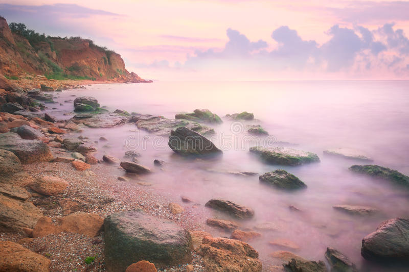 Por do sol colorido sobre o mar e o Rocky Coast imagem de stock royalty free