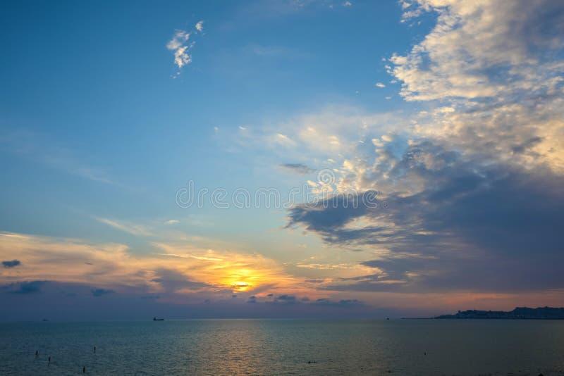 Por do sol colorido sobre o mar Paisagem bonita imagem de stock