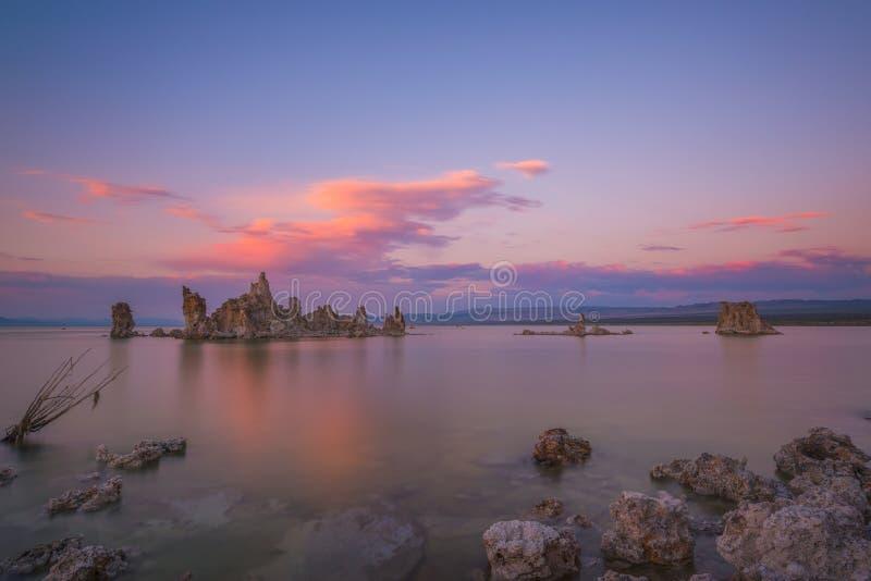 Por do sol colorido sobre o mono lago fotografia de stock