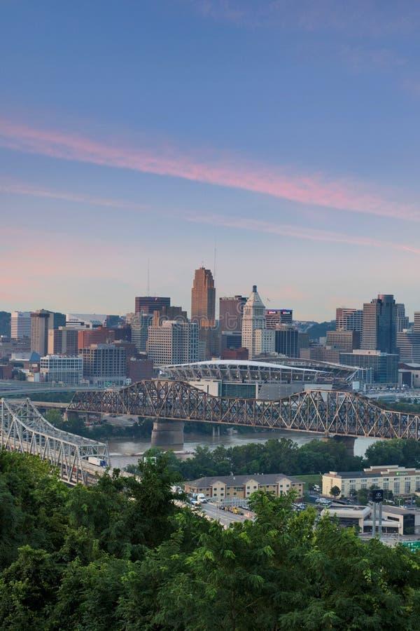 Por do sol colorido sobre uma skyline de Cincinnati, Ohio do Pa de Devou fotos de stock