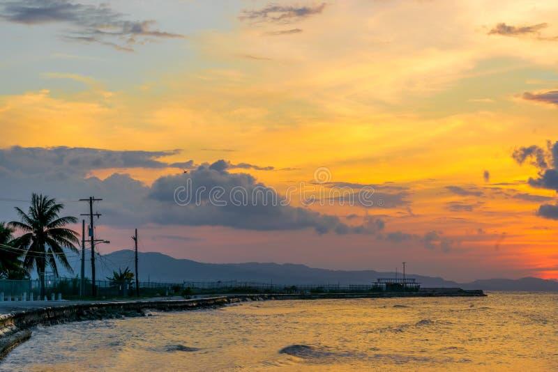 Por do sol colorido vibrante em Montego Bay, Jamaica imagem de stock