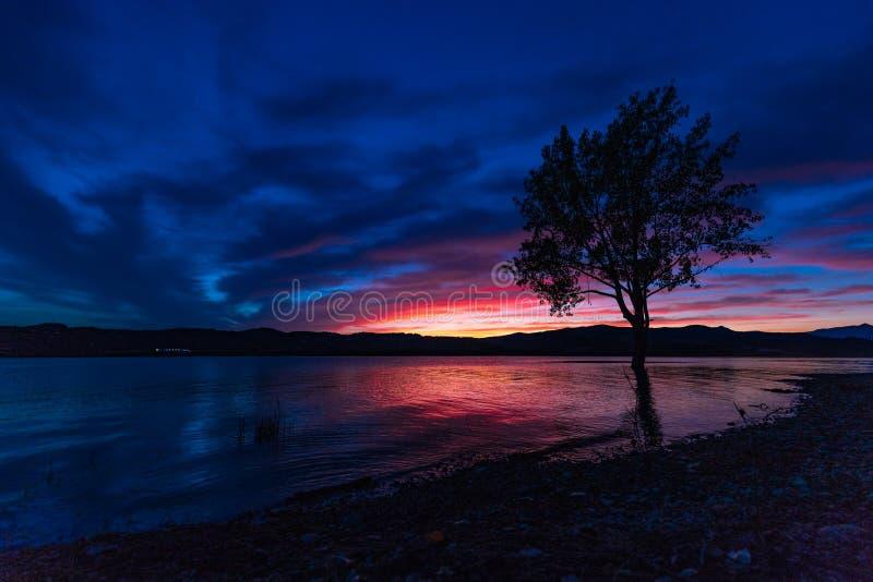 Por do sol com as cores incríveis azuis & vermelhas fotografia de stock