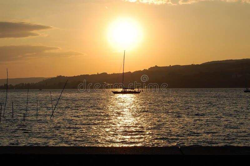 Por do sol com barco fotografia de stock