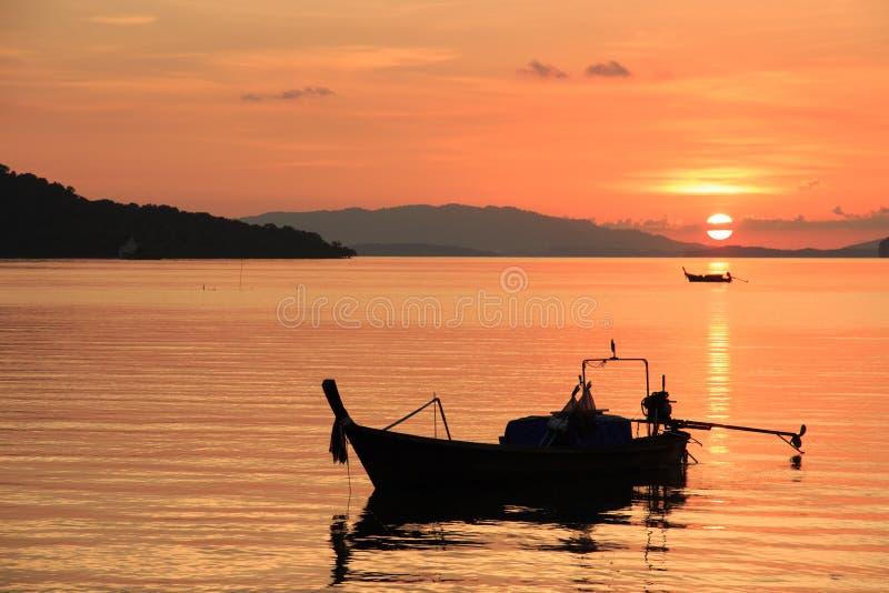 Por do sol com barco fotos de stock royalty free