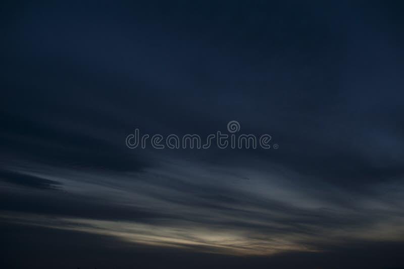 Por do sol com cloids escuros acima do mar foto de stock royalty free