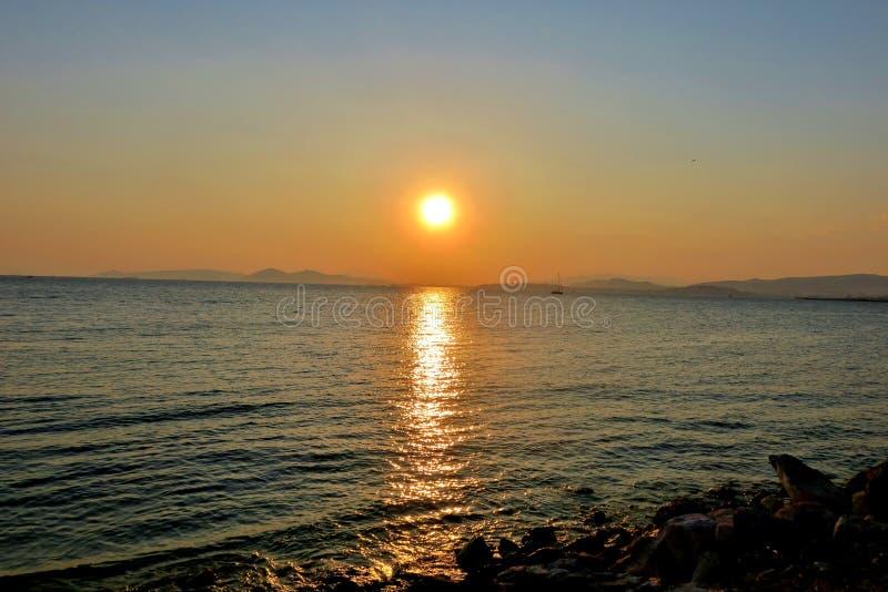 Por do sol com cores agradáveis em uma praia foto de stock royalty free