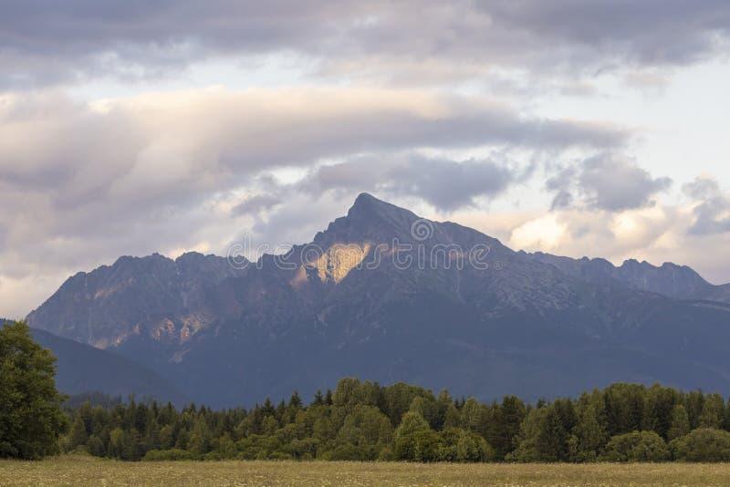 Por do sol com Krivan, altura Tatras, Eslováquia imagens de stock