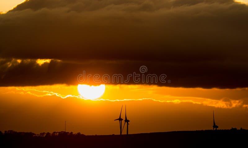 Por do sol com moinhos de vento fotos de stock