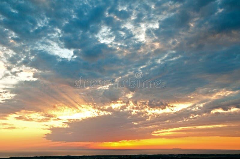 Por do sol com nuvens imagens de stock royalty free