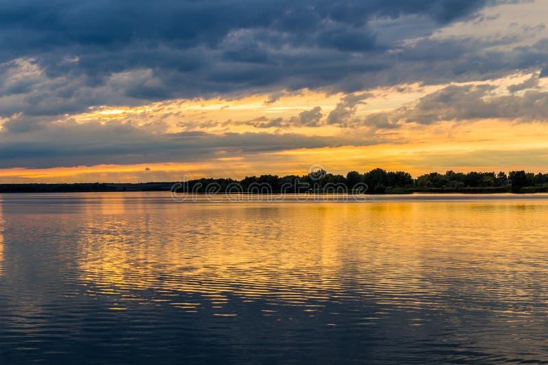 Por do sol com o céu dramático sobre o lago Nove Mlyny, Mikulov, República Checa imagem de stock