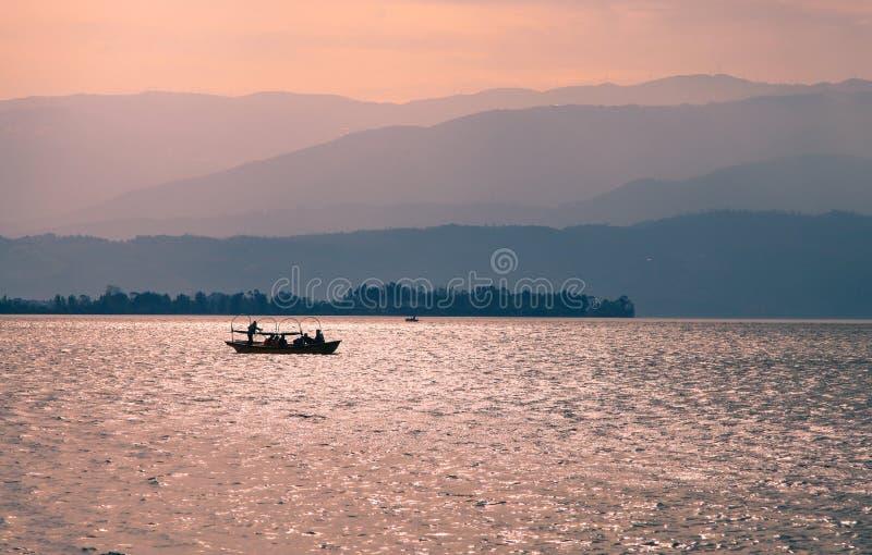Por do sol com o 1 navio no lago Qionghai em Sichuan de China foto de stock