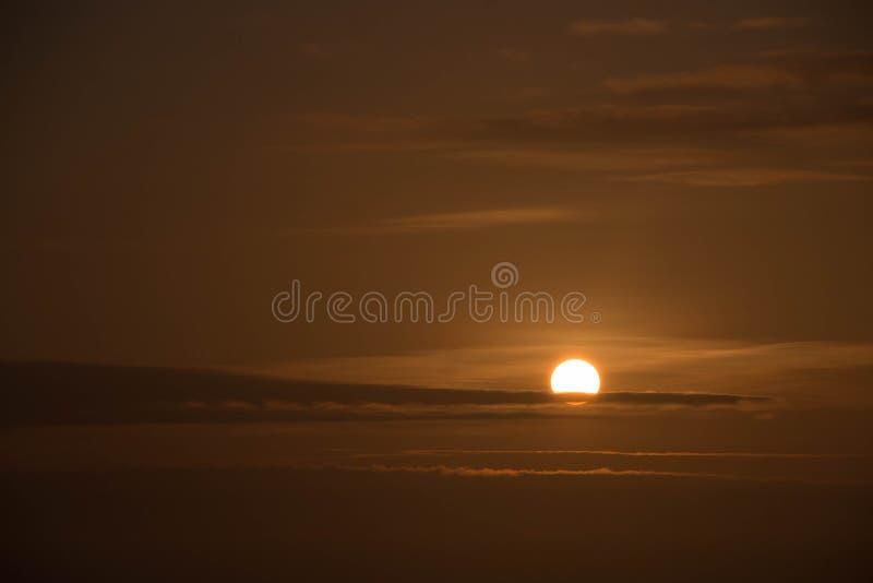 Por do sol com obscuridade - céu alaranjado imagem de stock royalty free
