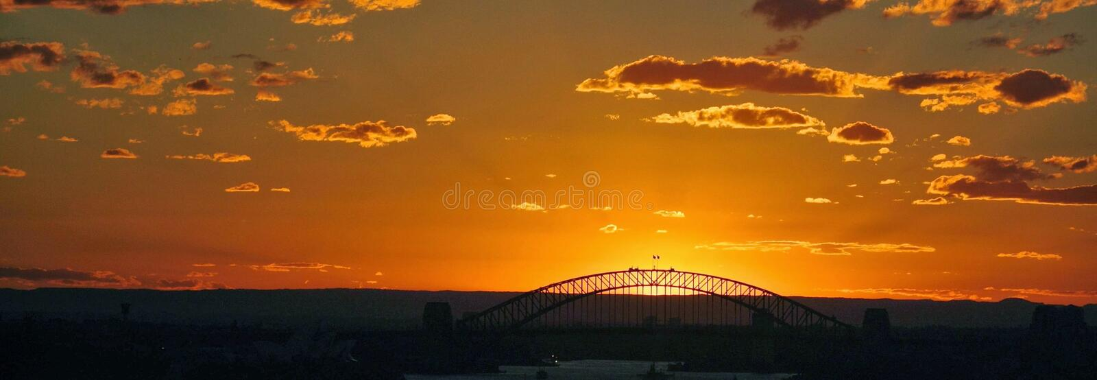 Por do sol com a ponte no fundo fotografia de stock royalty free
