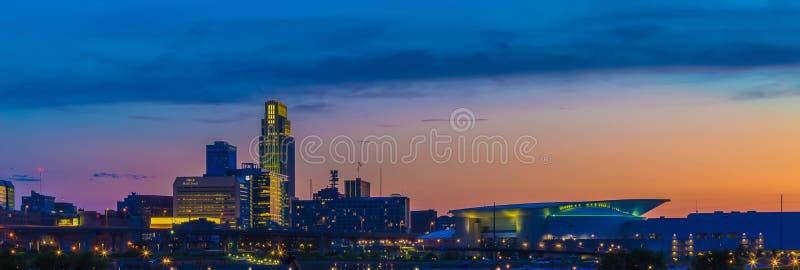 Por do sol com skyline bonita na cidade Omaha Nebraska foto de stock