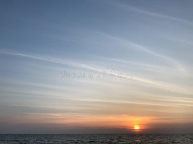 Por do sol com surpresa do céu azul da baunilha e da forma bonita da nuvem imagens de stock