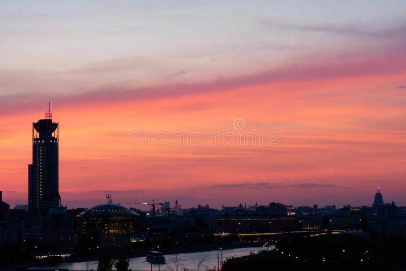 Por do sol cor-de-rosa em uma cidade principal moscow imagem de stock