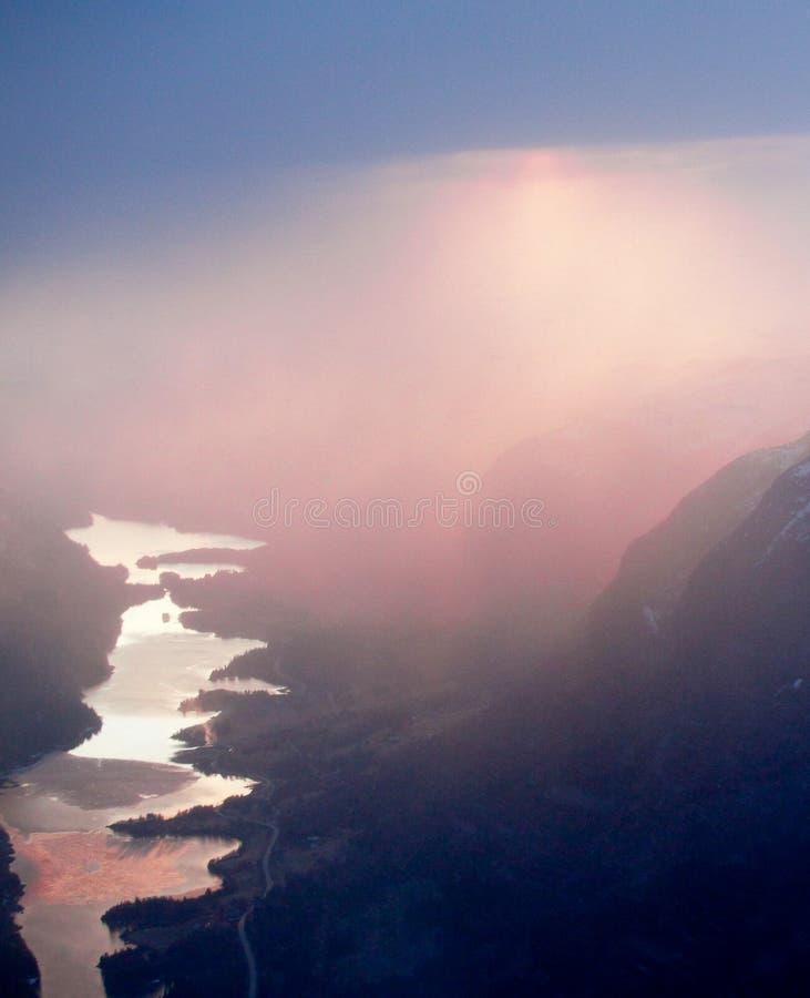 Por do sol cor-de-rosa sobre fiordes noruegueses imagens de stock royalty free