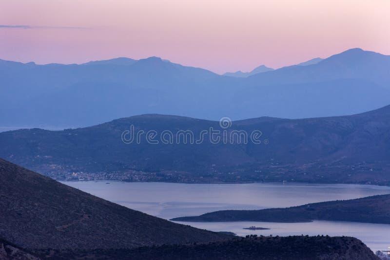Por do sol cor-de-rosa sobre montanhas, Delphi, Grécia imagens de stock