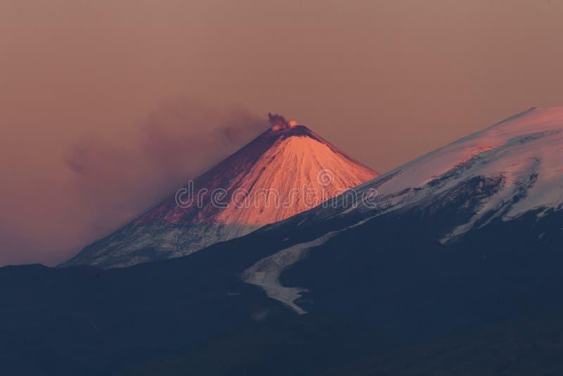 Por do sol cor-de-rosa sobre os vulcões foto de stock royalty free