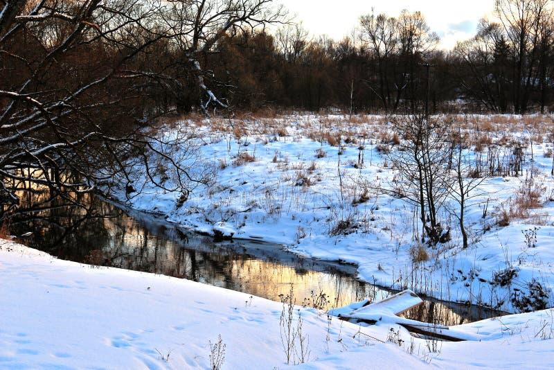 Por do sol crepuscular do inverno no rio rural fotografia de stock