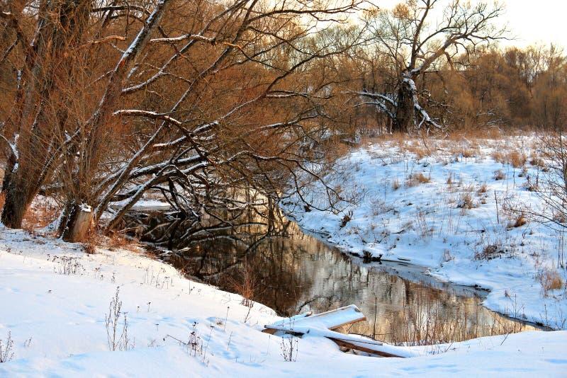 Por do sol crepuscular do inverno no rio rural fotos de stock royalty free