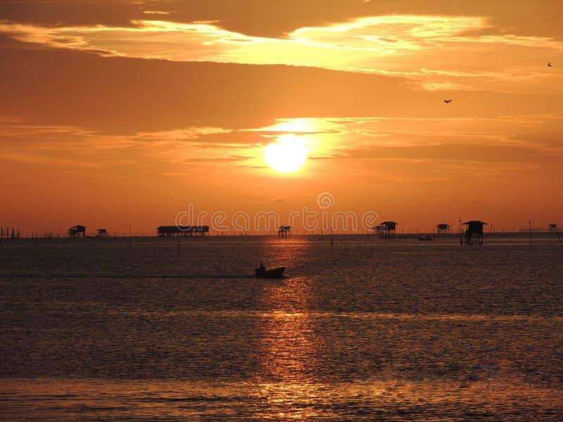 Por do sol da baía de Bangtaboon fotografia de stock royalty free