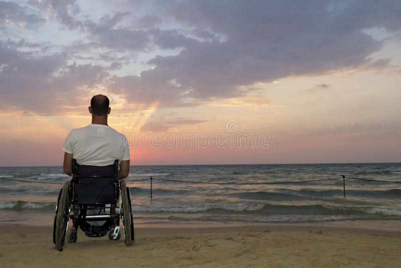 Por do sol da cadeira de rodas foto de stock royalty free