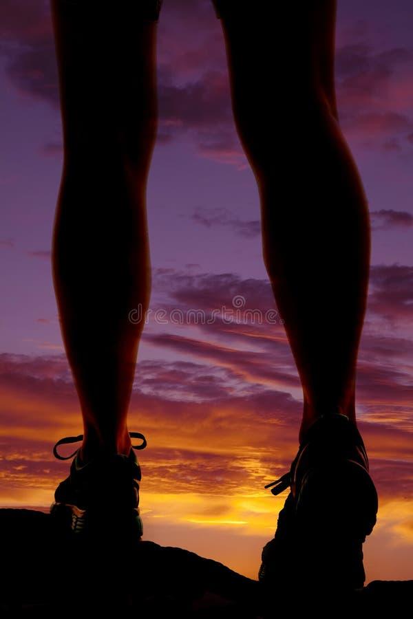 Por do sol da caminhada dos pés da mulher fotografia de stock