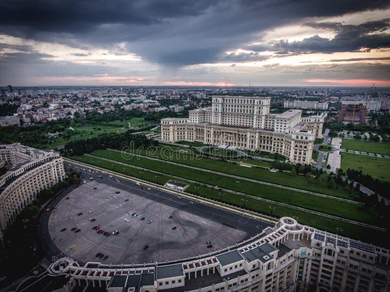 Por do sol da cidade de Bucareste na casa Poporului - palácio do parlamento a foto de stock royalty free