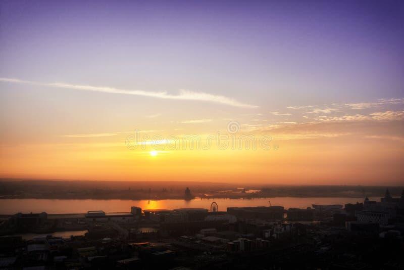 Por do sol da cidade de Liverpool imagem de stock