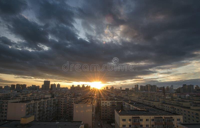 Por do sol da cidade em China, Harbin imagem de stock