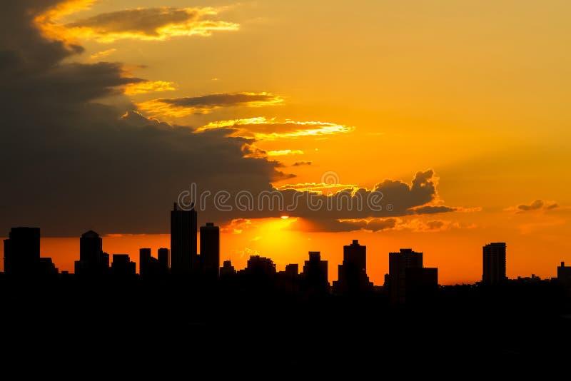 Por do sol da cidade da silhueta em Joanesburgo África do Sul foto de stock royalty free