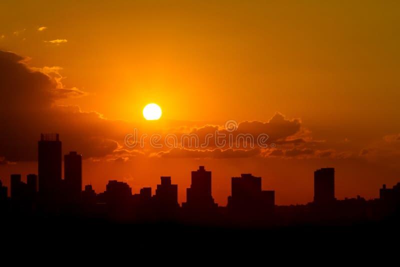 Por do sol da cidade da silhueta em Joanesburgo África do Sul imagem de stock