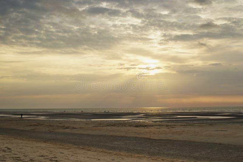 Por do sol da costa dos raios de sol imagens de stock