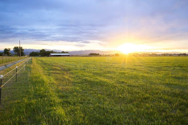 Por do sol da exploração agrícola fotos de stock