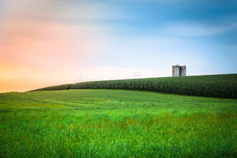 Por do sol da exploração agrícola de Amish imagem de stock