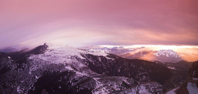 Por do sol da fantasia no Romanian Carpathians imagens de stock royalty free