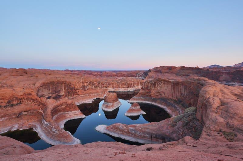 Por do sol da garganta da reflexão e moonrise, lago Powell, Utá foto de stock