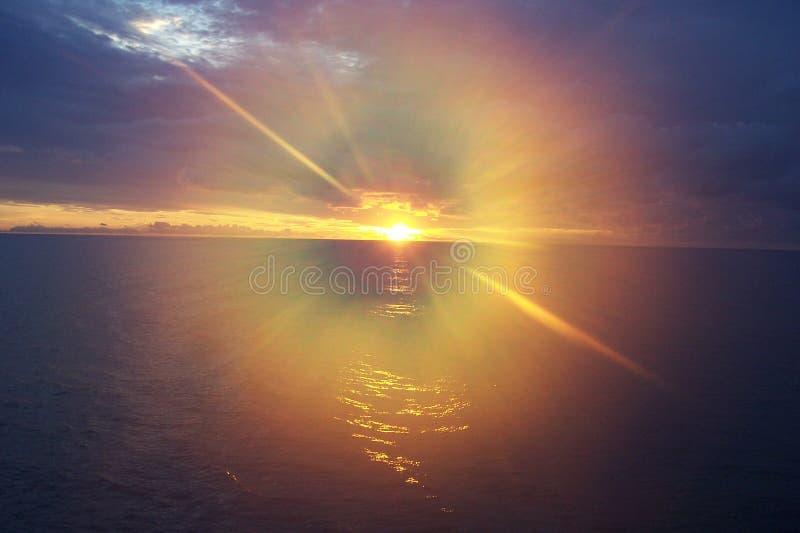 Por do sol da ilha das Caraíbas, Bahamas foto de stock