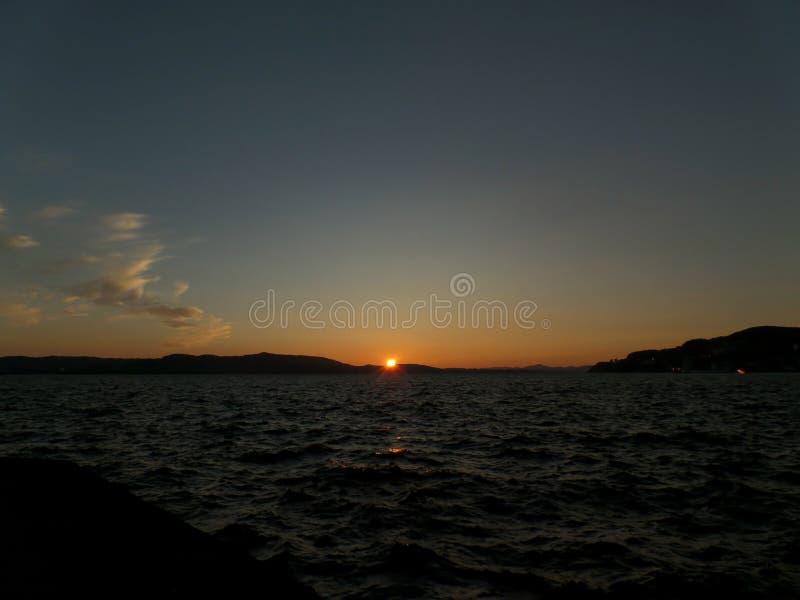 Por do sol da meia-noite impressionante sobre o Mar do Norte, vista do porto do cruzeiro de Bergen, Noruega foto de stock