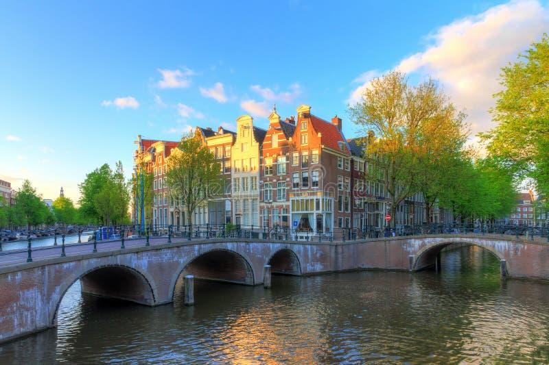 Por do sol da mola de Amsterdão do canal fotos de stock royalty free