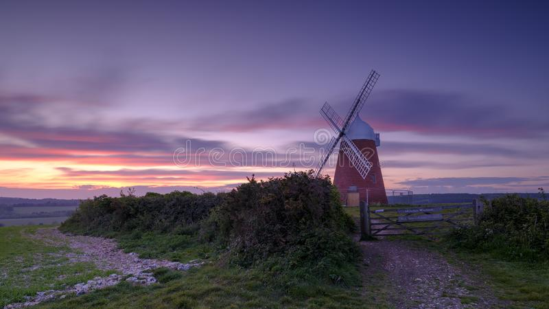 Por do sol da mola do moinho de vento de Halnaker imagens de stock royalty free