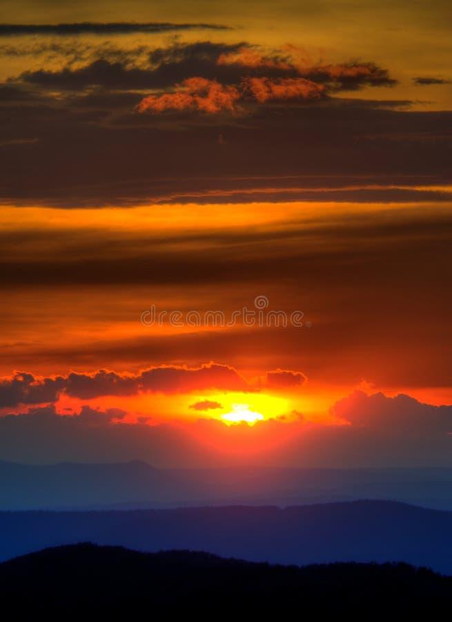 Por do sol da montanha de Ridge azul imagens de stock